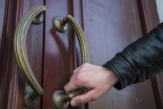 Ένα άτομο ανοίγει την πόρτα Στοκ Φωτογραφίες