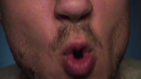 Ένα άτομο ανοίγει το στόμα του ευρέως μπροστά από τη κάμερα φιλμ μικρού μήκους