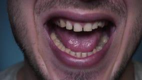 Ένα άτομο ανοίγει το στόμα του ευρέως μπροστά από τη κάμερα απόθεμα βίντεο