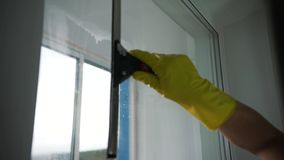 Ένα άτομο από μια καθαρίζοντας επιχείρηση πλένει τα παράθυρα απόθεμα βίντεο