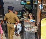 Ένα άτομο αστυνομίας που στέκεται στο παλαιό κατάστημα στοκ φωτογραφία με δικαίωμα ελεύθερης χρήσης