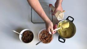 Ένα άτομο βάζει τις πολτοποιηίδες πατάτες σε μια τσάντα ζαχαροπλαστών ` s Εδώ κοντά γεμίζει και μανιτάρια στα εμπορευματοκιβώτια  φιλμ μικρού μήκους