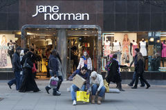 Ένα άτομο βοηθά τις αγορές πακέτων συζύγων του κοντά στη Jane Norman Στοκ εικόνες με δικαίωμα ελεύθερης χρήσης