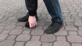 Ένα άτομο βρήκε ένα πορτοφόλι στο δρόμο στο πάρκο και το επέλεξε επάνω απόθεμα βίντεο