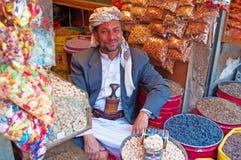 Ένα άτομο Γιεμενιτών στο κατάστημά του, αλατισμένη αγορά της παλαιάς πόλης Sana'a, suq, της Υεμένης, του πωλητή, των καραμελών, τ Στοκ Φωτογραφία
