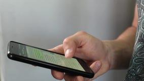 Ένα άτομο γράφει ένα texting μήνυμα χρησιμοποιώντας ένα smartphone Η οθόνη είναι θολωμένη Κινηματογράφηση σε πρώτο πλάνο απόθεμα βίντεο