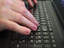 Ένα άτομο δακτυλογραφεί σε ένα PC lap-top keyboad απόθεμα βίντεο