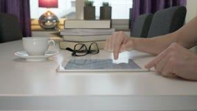Ένα άτομο διαβάζει ένα ebook σε μια ταμπλέτα απόθεμα βίντεο