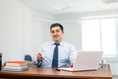 Ένα άτομο είναι επιχειρηματίας στο γραφείο Στοκ Φωτογραφία