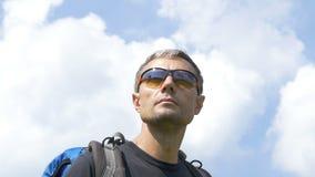 Ένα άτομο είναι τουρίστας σε έναν ουρανό υποβάθρου απόθεμα βίντεο