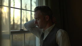 ένα άτομο είναι τρομερά λυπημένο στο σπίτι φιλμ μικρού μήκους