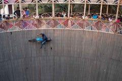 Ένα άτομο εκτελεί τις ακροβατικές επιδείξεις οδηγώντας τον τοίχο του θανάτου σε μια να περιβάλει φεστιβάλ ΓΙΑΓΙΆ στοκ εικόνες