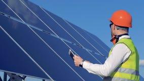 Ένα άτομο εξετάζει την ποιότητα των ηλιακών μπαταριών 4K φιλμ μικρού μήκους