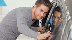 Ένα άτομο επιθεωρεί το νέο χρώμα αυτοκινήτων του απόθεμα βίντεο