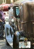 Ένα άτομο θαυμάζει ένα πρότυπο Α σε ένα εκλεκτής ποιότητας αυτοκίνητο παρουσιάζει στη Σάντα Φε Στοκ Εικόνες