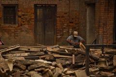 Ένα άτομο κάθεται έξω από τώρα το σεισμός σπίτι του σε Bhaktapur, στοκ φωτογραφία με δικαίωμα ελεύθερης χρήσης