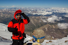 Ένα άτομο κάνει ένα selfie πάνω από το υποστήριγμα Elbrus σε μια κατάσταση της ασθένειας βουνών Στοκ Εικόνες