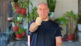 Ένα άτομο κάνει τις ασκήσεις με τα μάτια του που εξετάζουν το δάχτυλό του και που κινούν το μακριά απόθεμα βίντεο