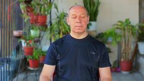 Ένα άτομο κάνει τις ασκήσεις με τα μάτια του σε μια διαγώνια κίνηση απόθεμα βίντεο
