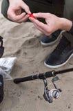 Ένα άτομο κάνει το δόλωμα Ο ψαράς κάνει ένα δόλωμα Περιστροφή και δόλωμα στοκ φωτογραφία με δικαίωμα ελεύθερης χρήσης