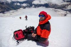 Ένα άτομο κάνει selfie στην κλίση yhe του βουνού Elbrus στοκ εικόνα