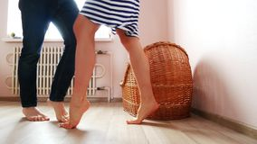 Ένα άτομο και μια έγκυος γυναίκα χορεύουν κοντά στο παχνί Αναμονή, εγκυμοσύνη, οικογένεια απόθεμα βίντεο
