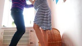 Ένα άτομο και μια έγκυος γυναίκα χορεύουν κοντά στο παχνί Αναμονή, εγκυμοσύνη, οικογένεια φιλμ μικρού μήκους