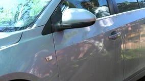 Ένα άτομο κλείνει το συναγερμό αυτοκινήτων, ανοίγει την πόρτα απόθεμα βίντεο