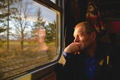 Ένα άτομο κοντά σε ένα παράθυρο σε ένα τραίνο στοκ εικόνα