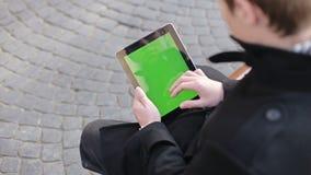 Ένα άτομο κρατά μια κενή ταμπλέτα απόθεμα βίντεο