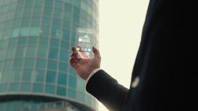 Ένα άτομο κρατά στα χέρια ένα φουτουριστικό και τεχνολογικό ολογραφικό τηλέφωνο στο υπόβαθρο ενός σύγχρονου επιχειρησιακού κτηρίο διανυσματική απεικόνιση