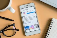 Ένα άτομο κρατά το έξυπνο τηλέφωνο με την εφαρμογή Instagram στην οθόνη Στοκ φωτογραφίες με δικαίωμα ελεύθερης χρήσης