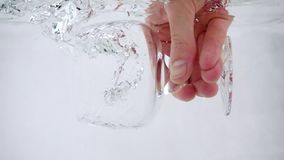 Ένα άτομο κρατά goblet στο χέρι του και χύνει το νερό σε το, κινηματογράφηση σε πρώτο πλάνο σε αργή κίνηση απόθεμα βίντεο