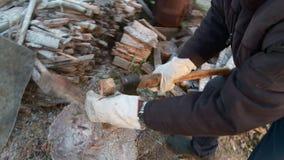 Ένα άτομο κόβει και τεμαχισμού ξύλο με ένα τσεκούρι απόθεμα βίντεο