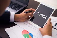 Ένα άτομο με έναν υπολογιστή ταμπλετών Αναζήτηση Στοκ εικόνα με δικαίωμα ελεύθερης χρήσης