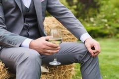 Ένα άτομο με ένα γυαλί κρασιού Στοκ Φωτογραφίες