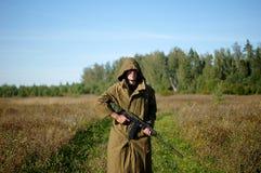 Ένα άτομο με ένα πυροβόλο όπλο στα χέρια του Στοκ Εικόνες