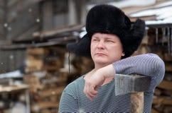 Ένα άτομο με ένα τσεκούρι Στοκ φωτογραφία με δικαίωμα ελεύθερης χρήσης