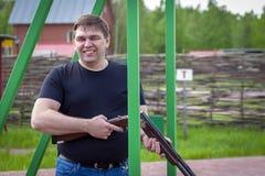 Ένα άτομο με ένα αθλητικό τουφέκι στη σειρά πυροβολισμού στοκ εικόνα με δικαίωμα ελεύθερης χρήσης