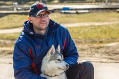 Ένα άτομο με ένα γεροδεμένο κουτάβι σκυλιών Gomel, Λευκορωσία Στοκ εικόνες με δικαίωμα ελεύθερης χρήσης