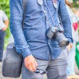 Ένα άτομο με μια κάμερα στην οδό μια θερινή ημέρα Στοκ φωτογραφία με δικαίωμα ελεύθερης χρήσης