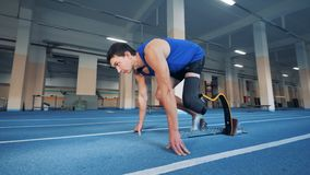 Ένα άτομο με μια προσθετική έναρξη ποδιών που τρέχει στη γυμναστική απόθεμα βίντεο