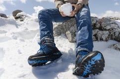 Ένα άτομο με μια χιονιά Στοκ φωτογραφία με δικαίωμα ελεύθερης χρήσης