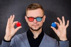 Ένα άτομο με τα γυαλιά με έναν δυαδικό κώδικα στο γυαλί προσφέρει στο cho Στοκ Εικόνες