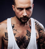 Ένα άτομο με τις δερματοστιξίες στα όπλα του Σκιαγραφία του μυϊκού σώματος καυκάσιος βάναυσος τύπος hipster με το σύγχρονο κούρεμ Στοκ Εικόνα