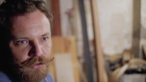 Ένα άτομο με ένα mustache και μια γενειάδα που μιλούν συναισθηματικά στη κάμερα 4k βίντεο απόθεμα βίντεο