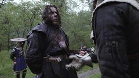 Ένα άτομο με ένα zombie makeup προσποιείται να διαπεραστεί από ένα ξίφος απόθεμα βίντεο