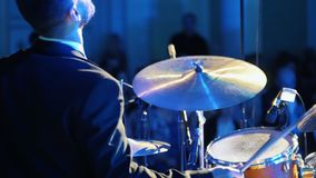 Ένα άτομο μουσικών στο παιχνίδι κοστουμιών παίζει τύμπανο στη συναυλία τζαζ υποστηρίξτε την όψη απόθεμα βίντεο