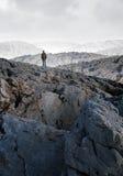 Ένα άτομο μόνο στη μέση μιας ερήμου πετρών Στοκ εικόνα με δικαίωμα ελεύθερης χρήσης