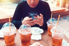 Ένα άτομο μόνο στον πίνακα με doughnut και τα παγωμένα τσάγια στοκ φωτογραφία με δικαίωμα ελεύθερης χρήσης